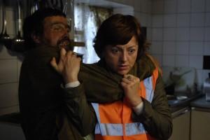 Inavlad bondläpp överaskar den arma socialarbetaren Kate (Jo Hartlay)