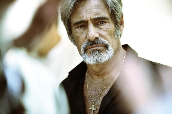 Gérard Lanvin som gangstern Momon på äldre dar