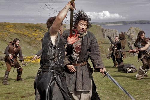 En saxare får ett brutalt men inte överdrivet kok stryk av prins Steinar!