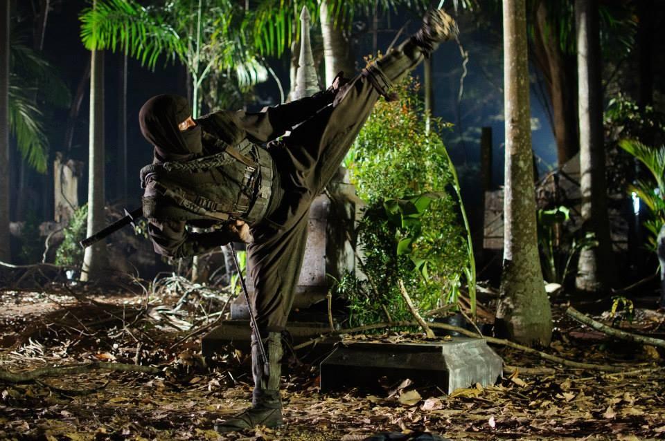 Adkins på ninja-upptåg i skogen