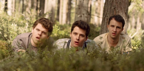 Tre nördar som tjuvkollar på en tjej som kissar i skogen (ja det är tyvärr faktiskt sant)