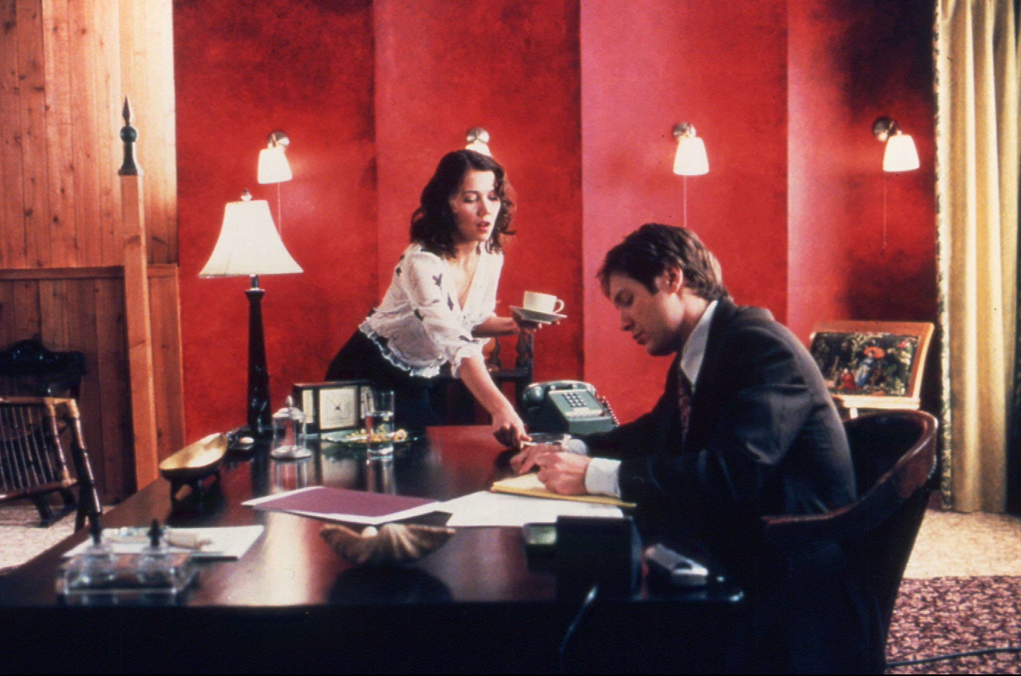 """Maggie Gyllenhaal och James Spader i """"Secretary"""""""