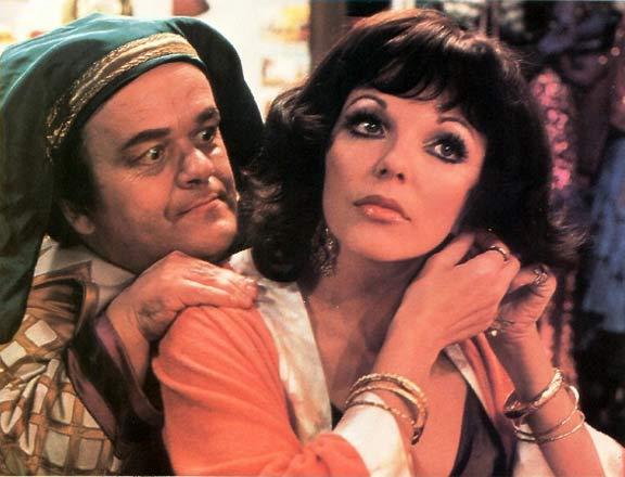 Lucy (Joan Collins) och den onda dvärgen Hercules (George Claydon)