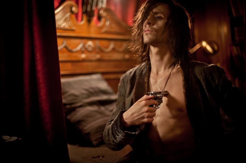 Vampyren Adam (Tom Hiddleston) är lite morleken mellan varven.