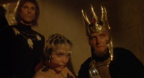 Richard Lynch spelar i vanlig ordning en riktig skitstövel. Längst till vänster ser vi honom som den opålitlige Cromwell.