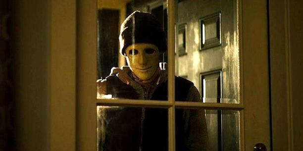 """I """"Hush"""" åker den klassiska skräckmasken snabbt av och blottar något mänskligt och till och med mer otäckt."""