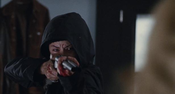 Lucie (Troian Bellisario) ryggar inte för att blåsa rejäla hål i sina gamla plågoandar.