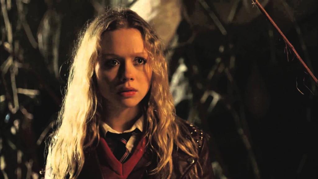 Faith (Naomi Battrick) hamnar i en röra av körsbär och tusenfotingar.