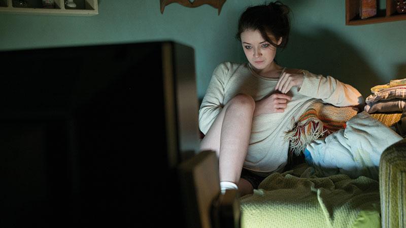 Sarah Bolger som Emelie.