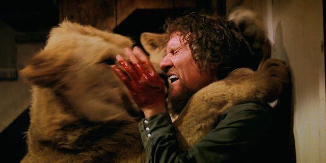Noell Marshall och en av filmens ramsjuka kissar.