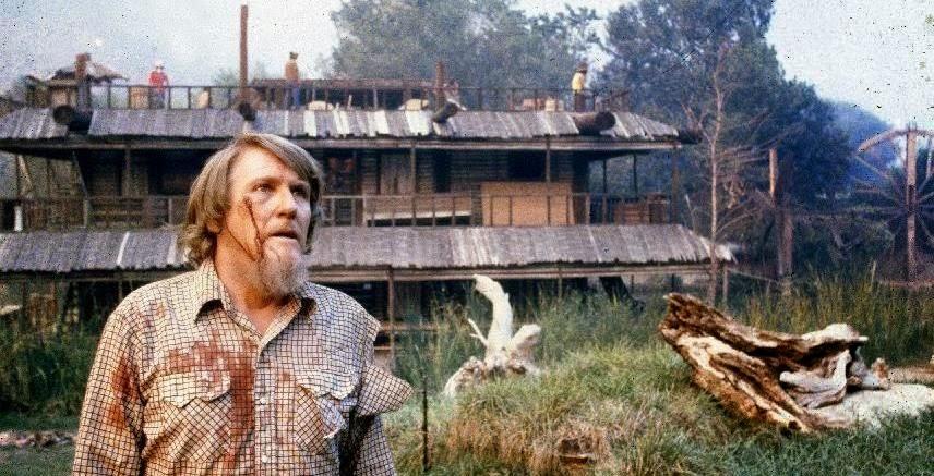 En något tilltufsad Noel Marshall med den älskade farmen i bakgrunden.