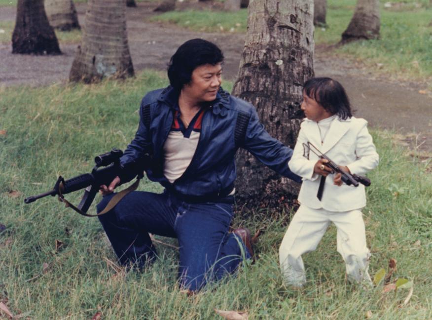 Weng Weng till höger med sin producent/styvfar Peter M. Caballes som gärna också hoppade in som skådespelare när det behövdes.