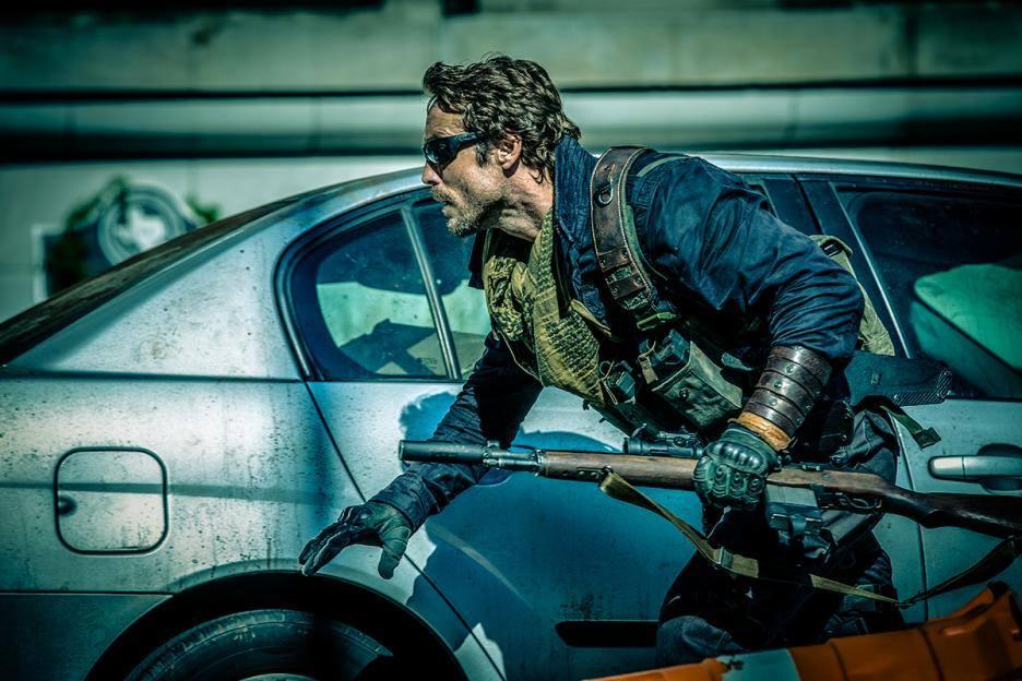 Johnny Strong som den Mad Max-liknande hårdingen Rourke.