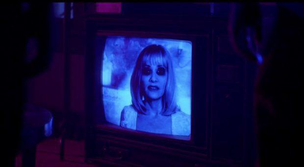 Barbara Crampton som VHS-spelets spelledare.