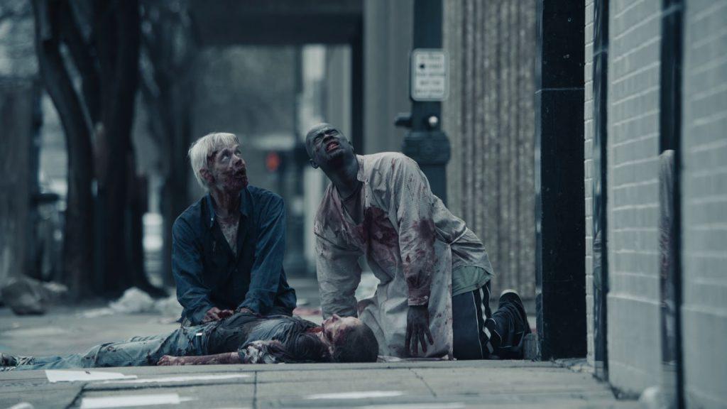 Några av filmens levande döda söker uppgivet efter någon form av regi.