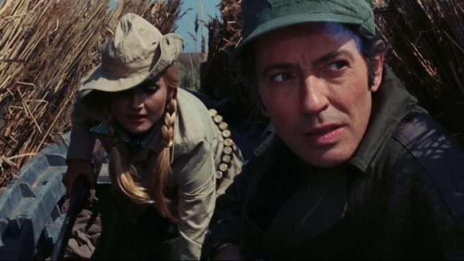 Barbara Bouchet och Farley Granger på ankjakt i det träsklika vassområde som omger filmens ö.