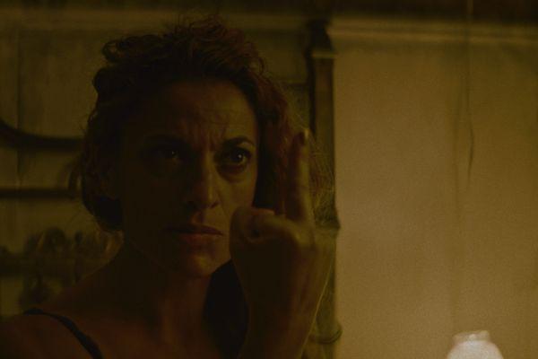 Det roliga tar slut rätt fort då Nico äntrar Medea (Miriam Martins) lägenhet.