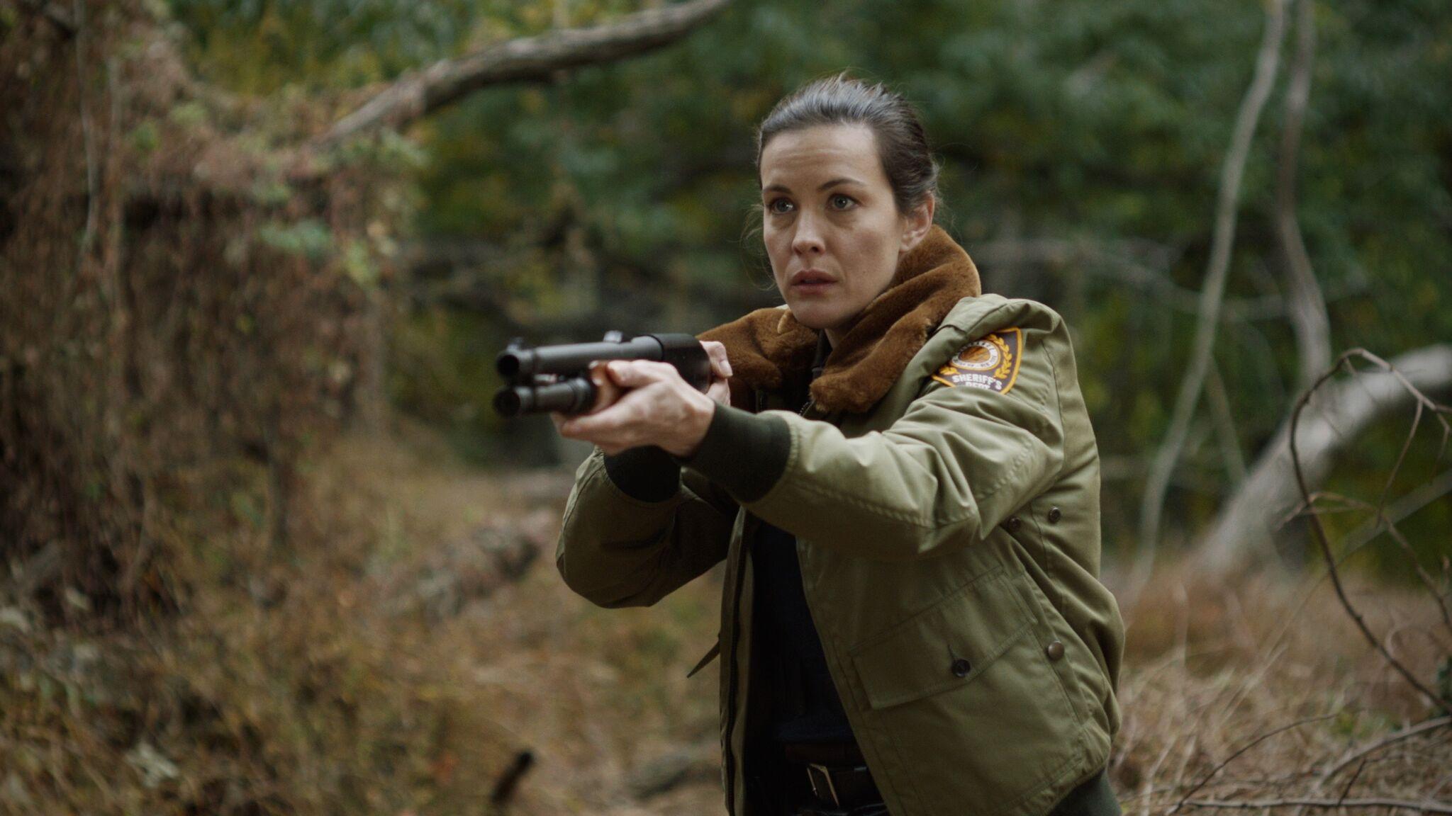 Polisen Ellen (Liv Tyler) på jakt i skogen